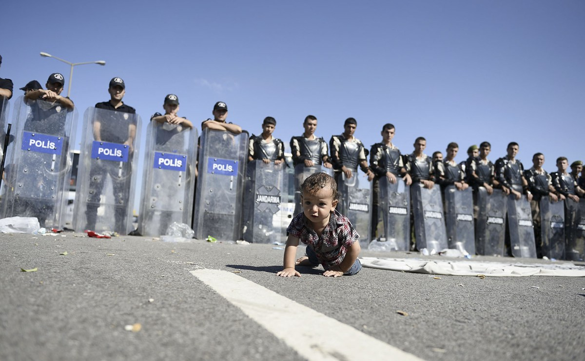 Children and crawl in front of the security measures, the police and the gendarmerie teams on the highway