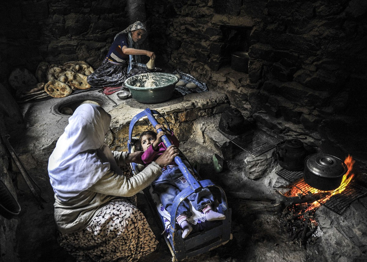 8 March, the day is celebrated by women, especially women living in the region, despite the harshness of daily life run without disabling chores . Baking bread in a tandoor, childcare, socks, washing carpets, some women workers employed in the fields and children Qur'an in spare time